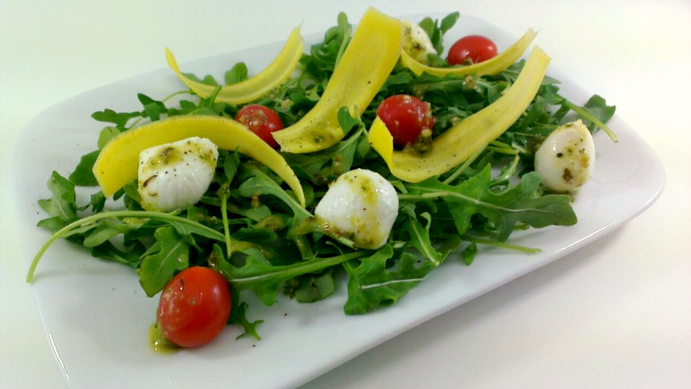 Arugala Salad with Petite Plum Tomatoes and Mozzarella Cheese