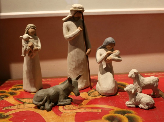 Home decor is one of the things I love about Christmas.  Holiday Home Tour, home of Lorna Wiggins. I loved the kitchen Christmas Tree - how very special! Handmade Nativity Scene.
